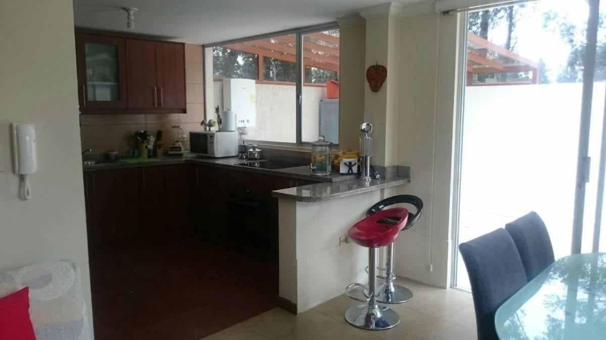 zion-inmobiliaria-hermosa-casa-esquinera-conocoto-sector-dean-sala-cocina-2